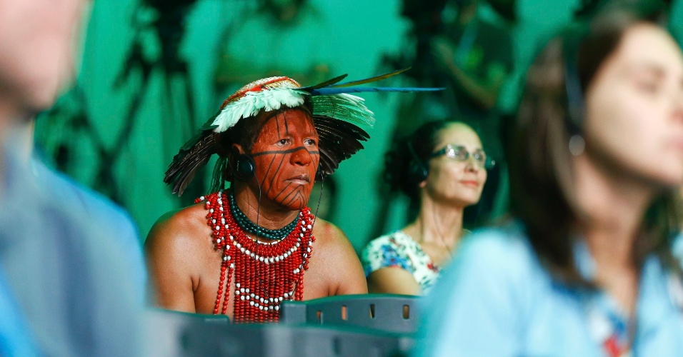 11.jul.2014 - Índio Pataxó acompanha entrevista coletiva da seleção alemã, que doou cerca de R$ 30 mil para a aldeia