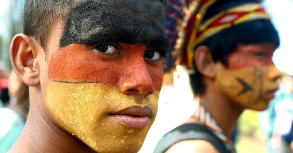 11.jul.2014 - Índio pintado com as cores da Alemanha acompanha a entrevista coletiva da seleção alemã, que doou cerca de R$ 30 mil para a aldeia