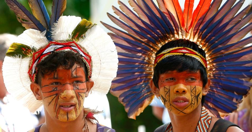 11.jul.2014 - Índios pintados com as cores da Alemanha acompanham a entrevista coletiva da seleção alemã, que doou cerca de R$ 30 mil para a aldeia