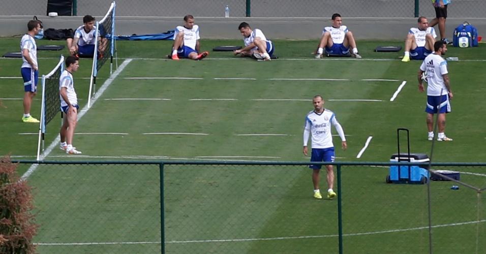 11.jul.2014 - Jogadores da Argentina participam de atividade na Cidade do Galo. A equipe continua se preparando para a final da Copa, contra a Alemanha
