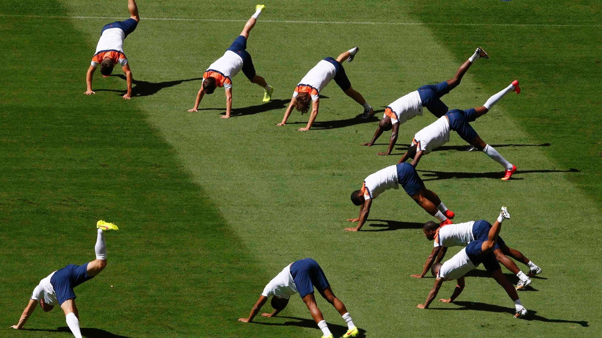 11.jul.2014 - Jogadores da Holanda se aquecem no gramado do estádio Mané Garrincha, palco da disputa de terceiro lugar contra o Brasil no sábado