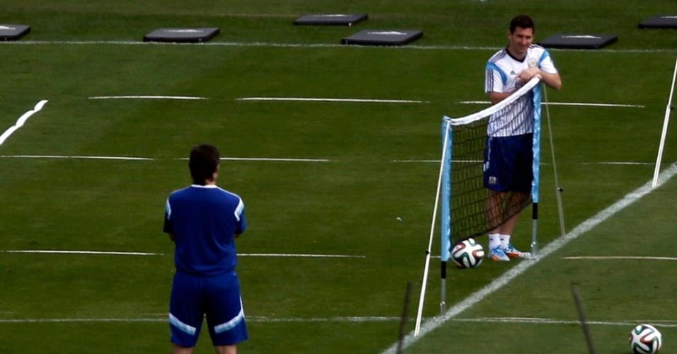 """11.jul.2014 - Messi participa de """"futênis"""" na Cidade do Galo. A Argentina está em fase final de preparação para a final de domingo, contra a Alemanha, no Maracanã"""