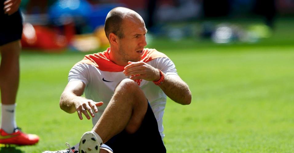 11.jul.2014 - No gramado do Mané Garrincha, holandês Robben se aquece na véspera da disputa do terceiro lugar da Copa, contra o Brasil