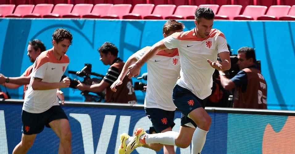 11.jul.2014 - Puxados por Van Persie, holandeses treinam no estádio Mané Garrincha, um dia antes do jogo contra o Brasil, válido pela disputa de terceiro lugar da Copa