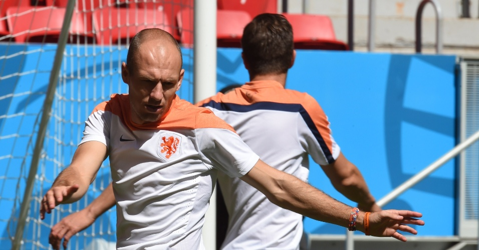 11.jul.2014 - Robben faz aquecimento no treino da seleção holandesa no estádio Mané Garrincha, palco da disputa de terceiro lugar contra o Brasil no sábado