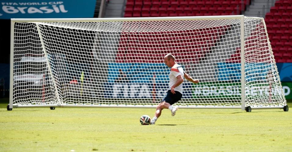 11.jul.2014 - Robben finaliza durante treino da seleção durante treino no estádio Mané Garrincha, palco da disputa de terceiro lugar contra o Brasil no sábado