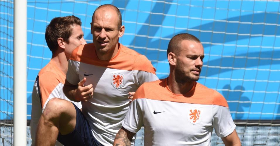 11.jul.2014 - Sneijder e Robben treinam com a Holanda no estádio Mané Garrincha, um dia antes do jogo contra o Brasil, válido pela disputa de terceiro lugar da Copa