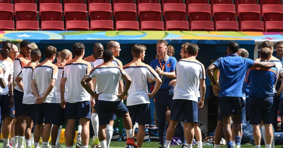 11.jul.2014 - Técnico Louis van Gaal conversa com jogadores da Holanda durante treinamento no estádio Mané Garrincha, em Brasília