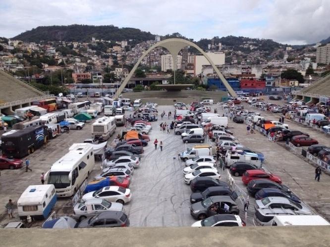 Área do sambódromo do Rio de Janeiro fica tomada por veículos de torcedores argentinos que esperam pela final da Copa do Mundo