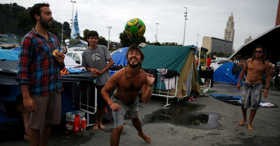 """Argentinos batem bola em """"acampamento"""" montado no Terreirão do Samba, no Rio de Janeiro. Detalhe: a bola exibe bandeirinhas do Brasil"""