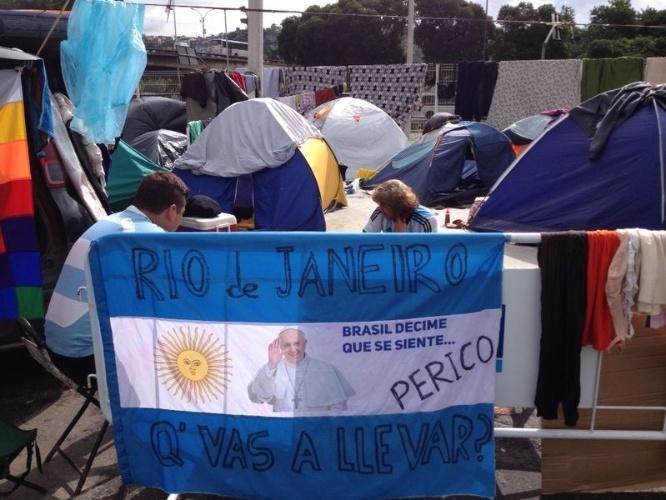 Bandeira da Argentina com o Papa Francisco estampado enfeita acampamento de torcedores argentinos no Terreirão do Samba