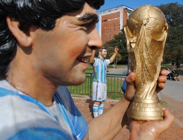 Estátuas de Messi e Maradona estão lado a lado em praça da Recoleta, na cidade de Buenos Aires