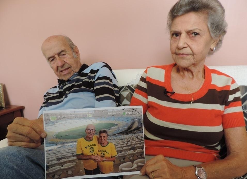 Gabriel e Marylia exibem fotos de arquivo pessoal que contam a história de 64 anos que começou no Maracanã