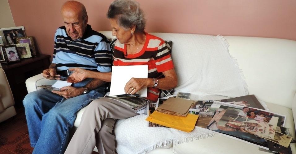 Gabriel e Marylia pesquisam fotos de arquivo pessoal que contam a história de 64 anos que começou no Maracanã