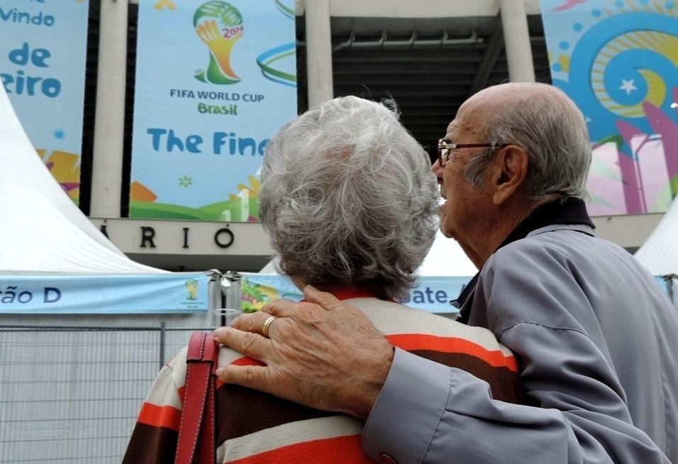 Marylia e Gabriel Silva observam o Maracanã 64 anos após se conhecerem no estádio do Rio de Janeiro