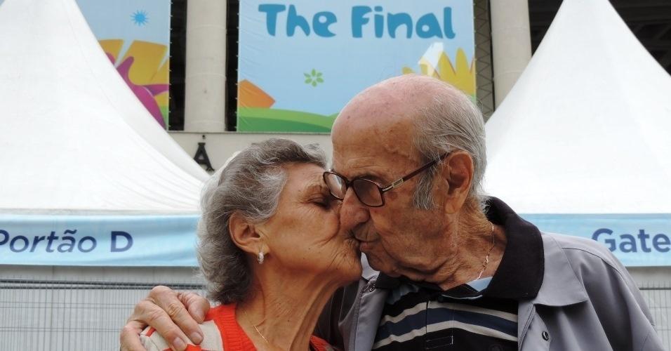 Marylia e Gabriel Silva se beijam em frente ao Maracanã 64 anos após se conhecerem no estádio do Rio de Janeiro