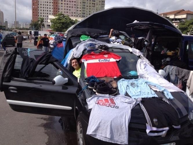 """Na falta de varal, torcedor argentino estende roupas no próprio carro em """"acampamento"""" no Terreirão do Samba"""