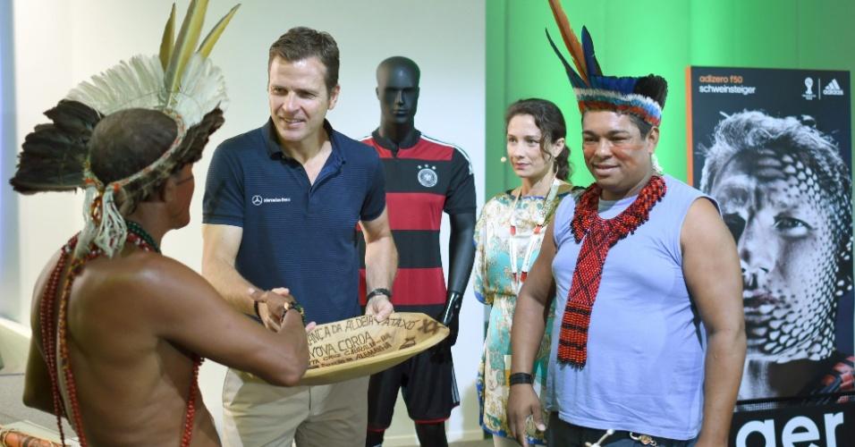 11.jul.2014 - Oliver Bierhoff, representante da seleção alemã recebe presente de índio Pataxó. A Federação Alemã de Futebol fez uma doação de cerca de R$ 30 mil a aldeia