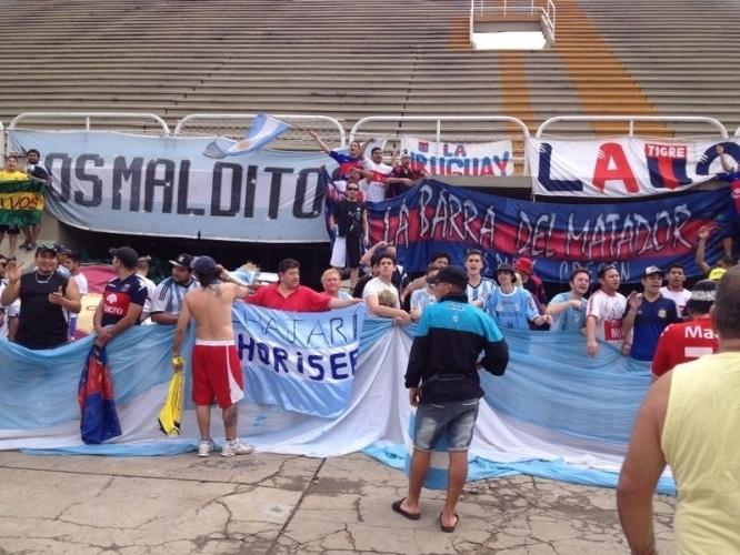 Torcedores argentinos do Tigre estendem faixas e cantam durante estadia no sambódromo do Rio de Janeiro