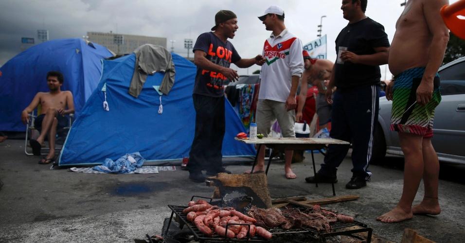 Torcedores argentinos improvisam churrasco (ou asado, como falam por lá) em acampamento visando a grande final da Copa do Mundo no próximo domingo (13/06)