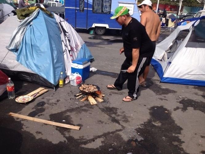 """Torcedores argentinos improvisam """"fogão"""" para preparar alimentos enquanto acampam no Terreirão do Samba, no Rio de Janeiro, para a decisão da Copa do Mundo contra a Alemanha"""