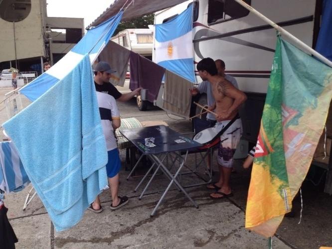 Torcedores argentinos se divertem no Terreirão do Samba enquanto dia da final da Copa do Mundo contra a Alemanha não chega