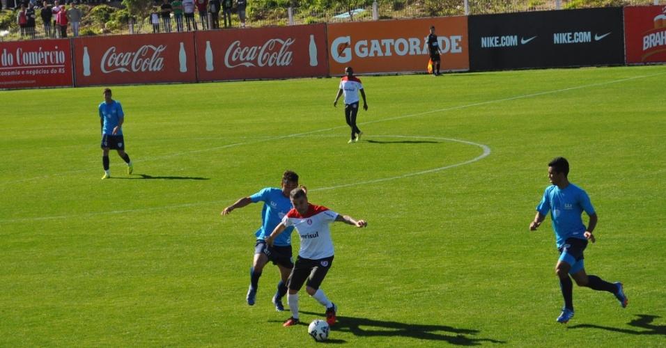 12 jul 2014 - D'Alessandro domina a bola em jogo-treino do Inter contra o Novo Hamburgo