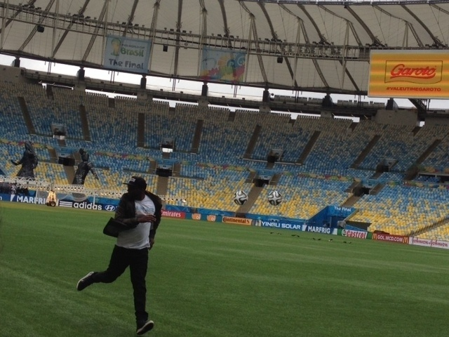 12. jul 2014 - O gramado do Maracanã recebe atenção especial um dia antes da final da Copa do Mundo