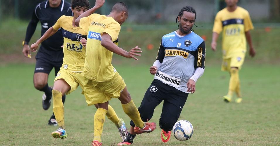 12.jul.2014 - Carlos Alberto tenta drible durante jogo-treino entre Botafogo e São Gonçalo