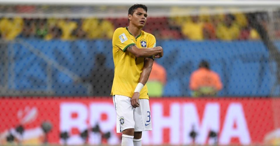12.jul.2014 - Thiago Silva tira a braçadeira de capitão depois da despedida do Brasil na Copa. A seleção foi derrotada por 3 a 0 para a Holanda no Mané Garrincha e terminou o Mundial em quarto lugar