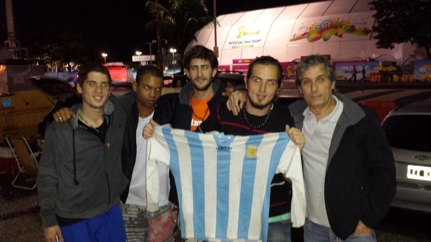 Acampados na Praia de Copacabana, argentinos exibem com orgulho a camisa da seleção antes da final