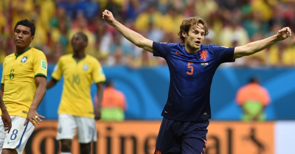 12.jul.2014 - Após marcar o segundo da Holanda, Blind comemora no estádio Mané Garrincha, na partida contra o Brasil