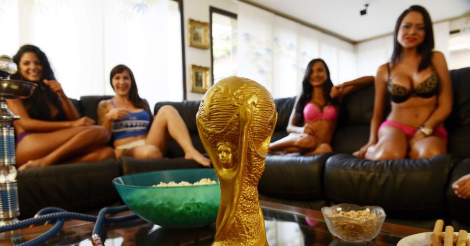 Apresentadoras levam as notícias mais importantes da Copa de um jeito diferente, usando roupas íntimas