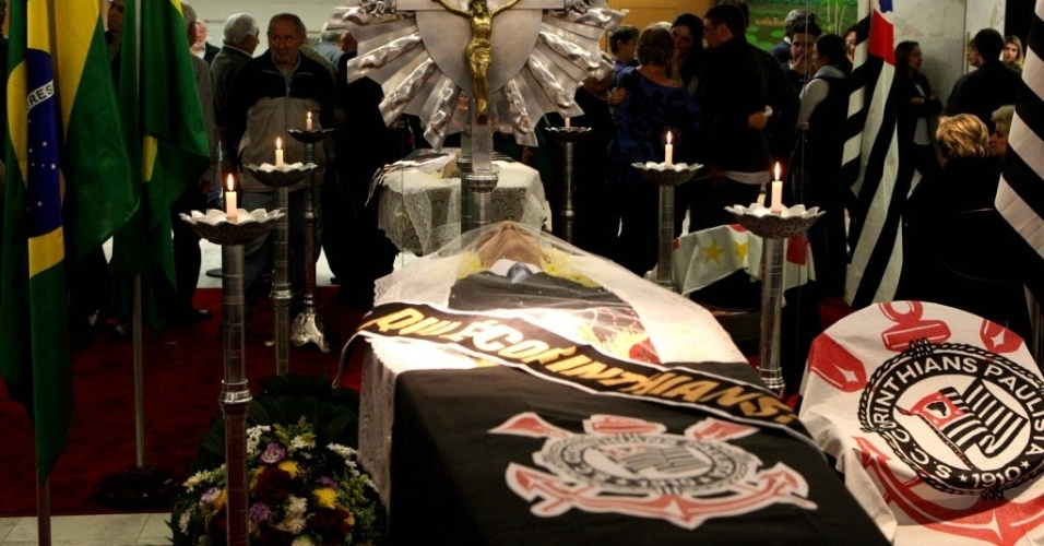 Bandeira do Corinthians foi colocada no caixão de Osmar de Oliveira. Presidente do clube, Mario Gobbi, esteve presente no velório