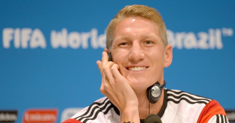 Bastian Schweinsteiger sorri durante coletiva de imprensa no Rio de Janeiro
