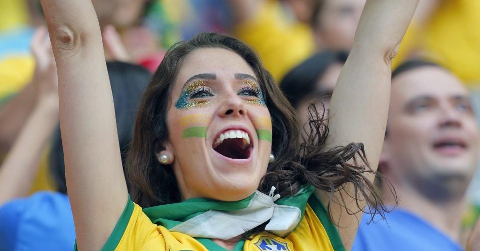 Bela torcedora do Brasil mostra animação antes de partida entre Brasil e Holanda, em Brasília