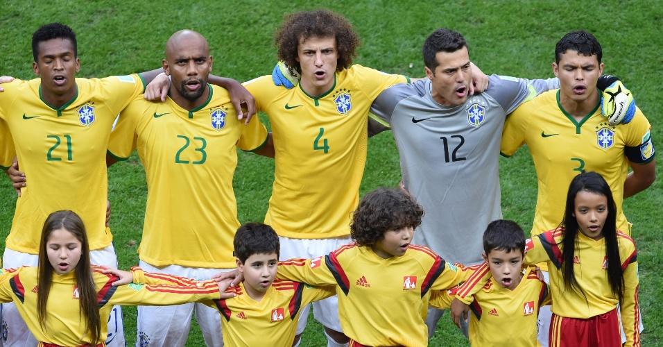 12.jul.2014 - Brasileiros cantam o hino nacional antes da disputa de terceiro lugar, contra a Holanda, no estádio Mané Garrincha