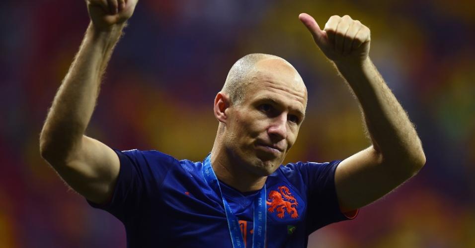 12.jul.2014 - Com a medalha de bronze no peito, Robben agradece à torcida presente no Mané Garrincha na vitória holandesa por 3 a 0 sobre o Brasil