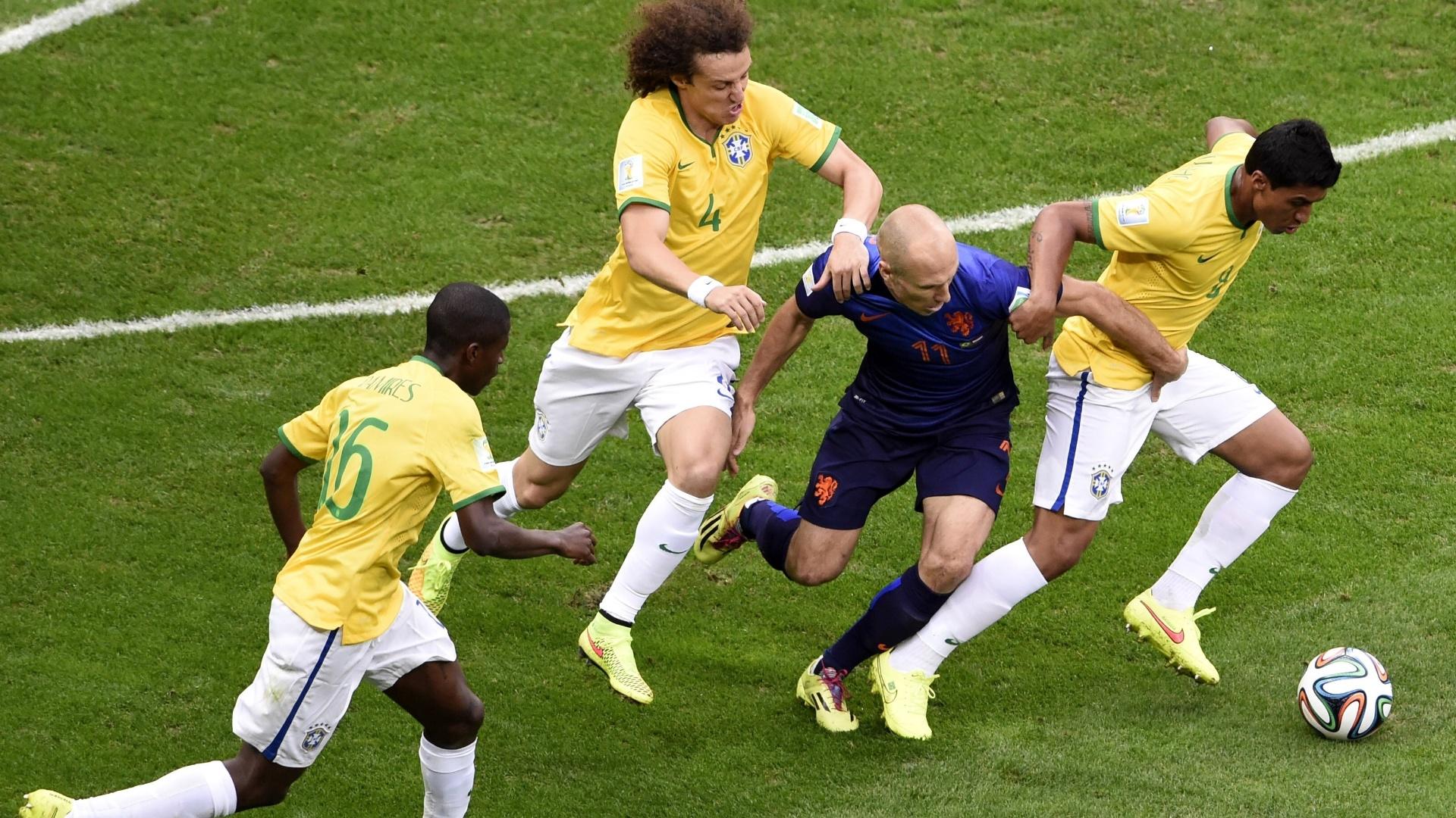 12.jul.2014 - David Luiz, Paulinho e Ramires marcam o holandês Robben durante a partida no estádio Mané Garrincha