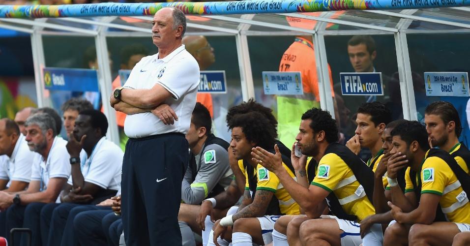 12.jul.2014 - Felipão e banco de reservas do Brasil mostram decepção após a Holanda marcar no estádio Mané Garrincha