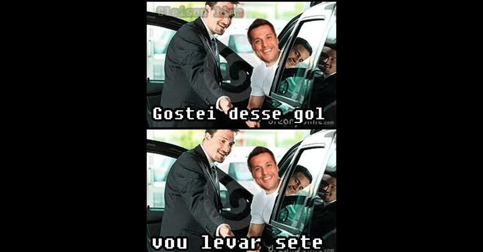 """Goleiro gostou bastante do """"gol"""""""