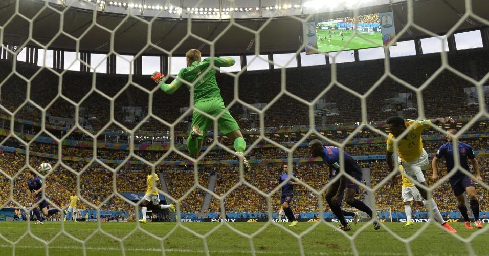 12.jul.2014 - Goleiro holandês Jasper Cillessen salta após chegada perigosa do Brasil durante o jogo no Mané Garrincha