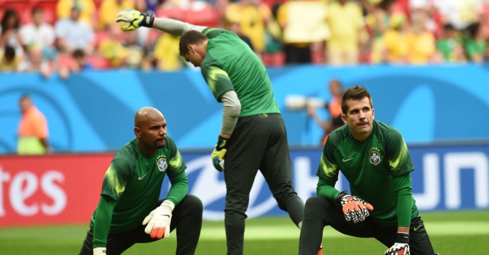 12.jul.2014 - Goleiros da seleção brasileira fazem aquecimento no gramado do estádio Mané Garrincha, antes do jogo contra a Holanda