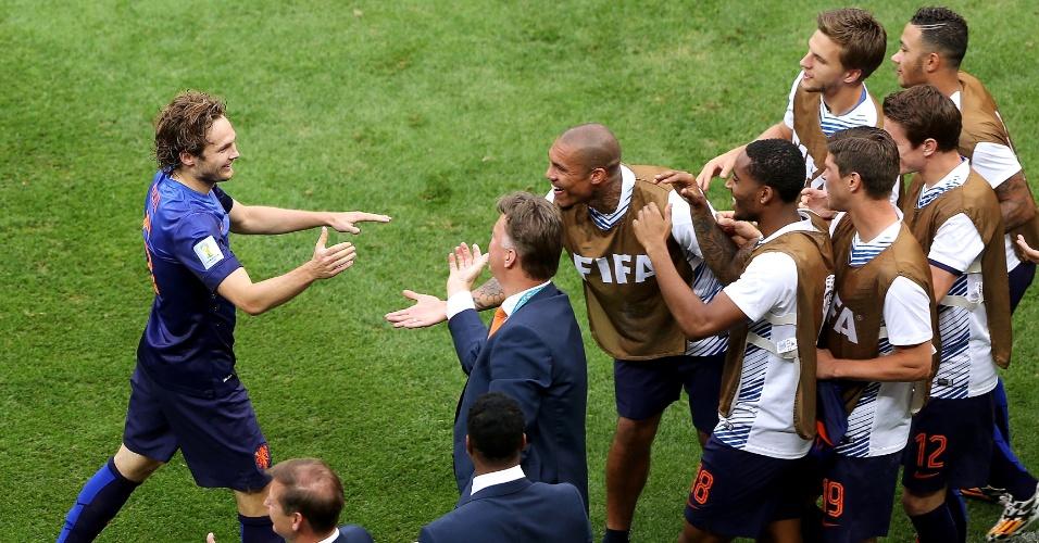 12.jul.2014 - Holandês Daley Blind comemora com a comissão técnica e reservas da seleção após marcar o segundo contra o Brasil