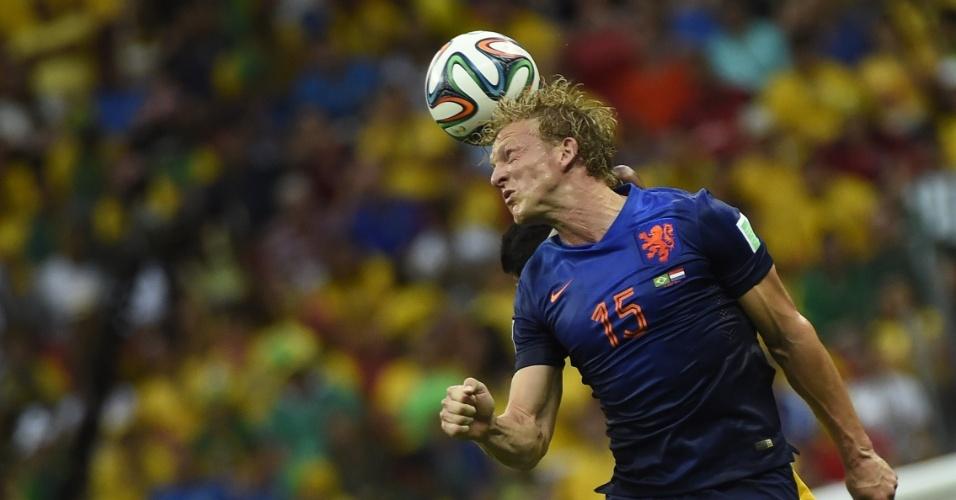 12.jul.2014 - Holandês Dirk Kuyt se estica para tentar desviar a bola na vitória por 3 a 0 sobre o Brasil, no estádio Mané Garrincha