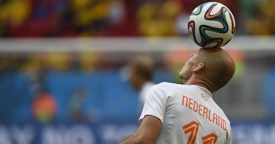 12.jul.2014 - Holandês Robben controla a bola com a cabeça durante aquecimento para a partida contra o Brasil, no Mané Garrincha