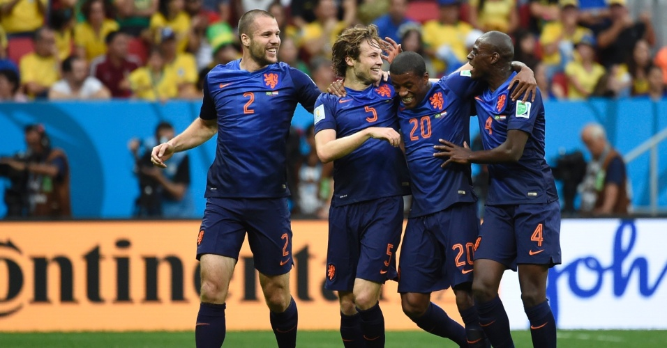 12.jul.2014 - Holandeses comemoram o último gol na vitória por 3 a 0 sobre o Brasil no Mané Garrincha. Os europeus terminaram a Copa na terceira posição