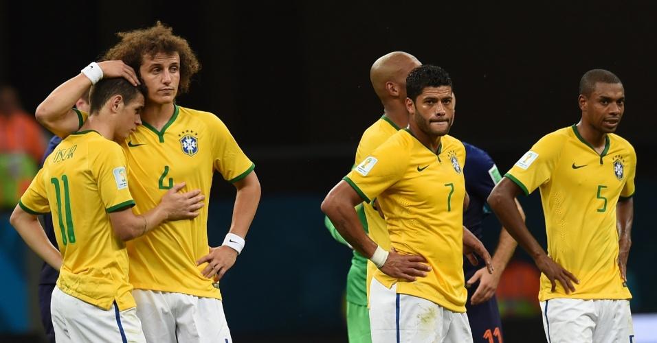 12.jul.2014 - Jogadores brasileiros mostram abatimento depois da derrota por 3 a 0 para a Holanda, na disputa de terceiro lugar, no Mané Garrincha