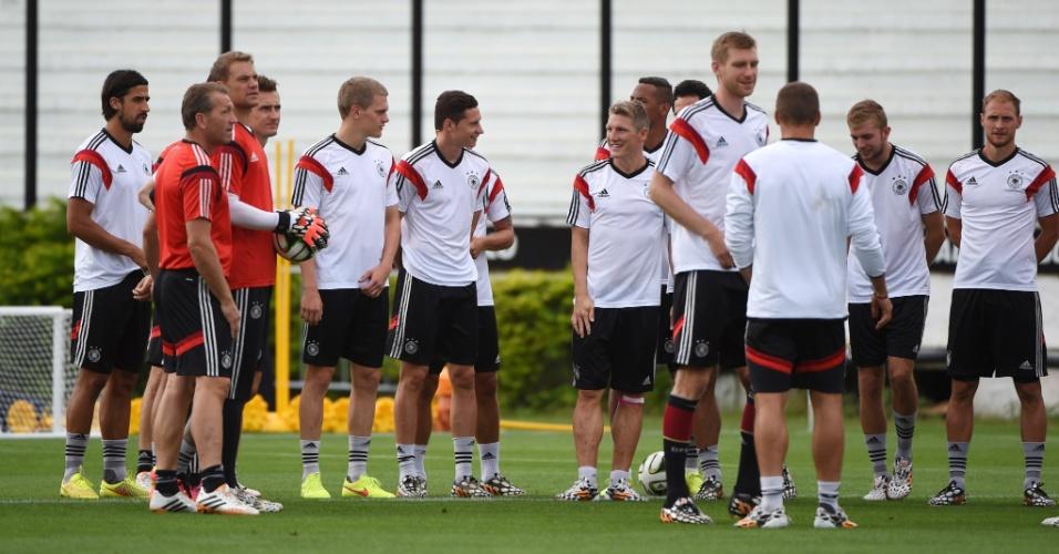 Jogadores da Alemanha se reúnem no centro do gramado de São Januário para treinamento