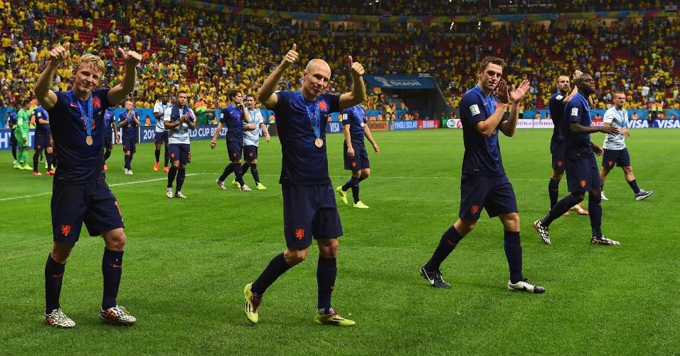 12.jul.2014 - Jogadores da Holanda comemoram a vitória sobre o Brasil e agradecem à torcida no Mané Garrincha após garantir a terceira posição da Copa
